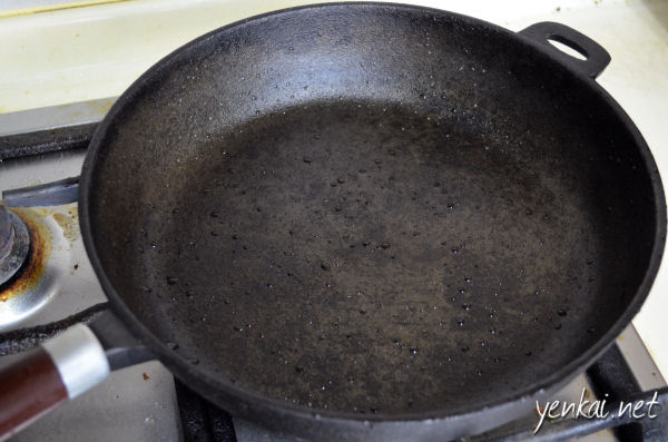 Seasoned cast iron pan. Note the water droplets on the surface - they look no different from droplets on a non-stick pan