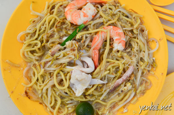 Hokkien Mee, Singapore style. Served on a yellow plate - classic.