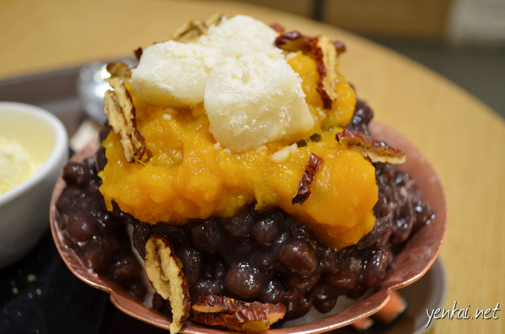 Bingsu with red beans, pumpkin and shreds of red date. The red beans were very much inferior to the one at Mealtop.