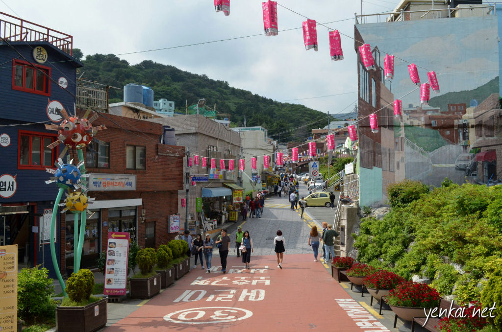 A welcoming atmosphere at the entrance to Gamcheon
