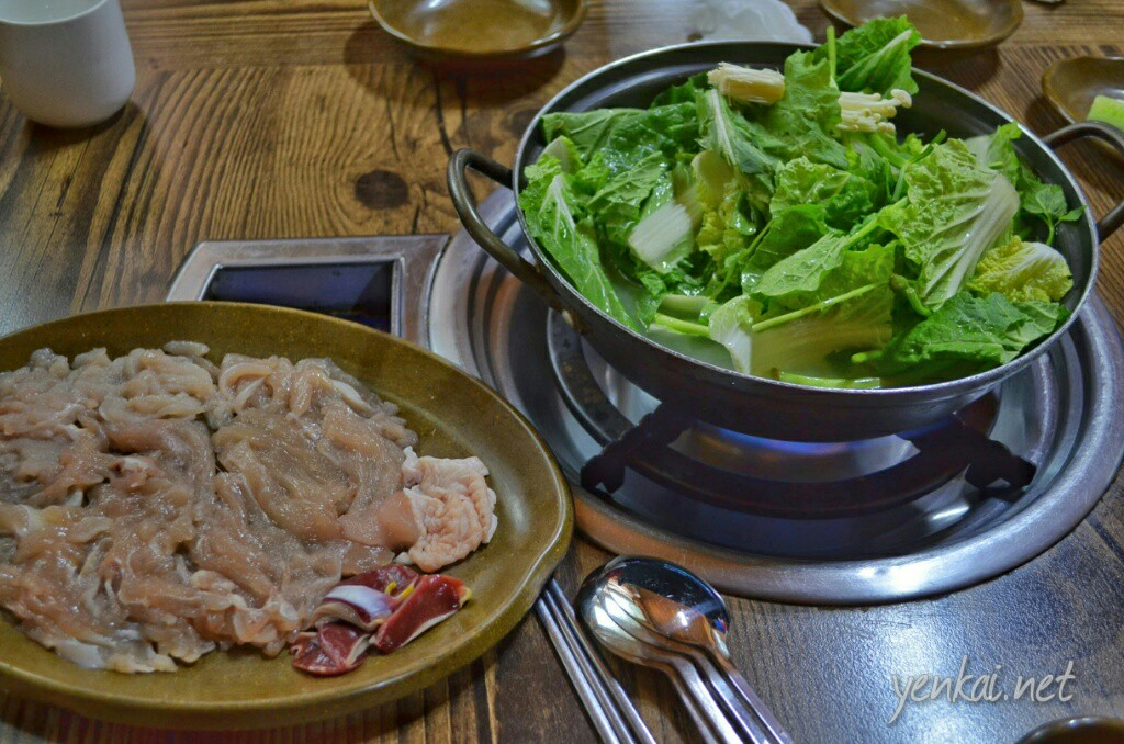 Steamboat with slices of chicken to start you off. Nothing special about the chicken, unlike for beef where different cuts will taste different