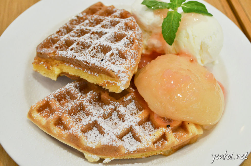 Waffles with a very nice eggy taste, very different from the Korean ones, but this is a very nice