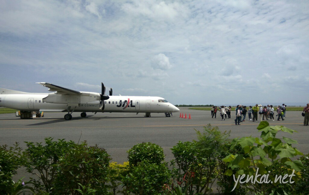 The propeller plane that flies you in from Kagoshima or Fukuoka
