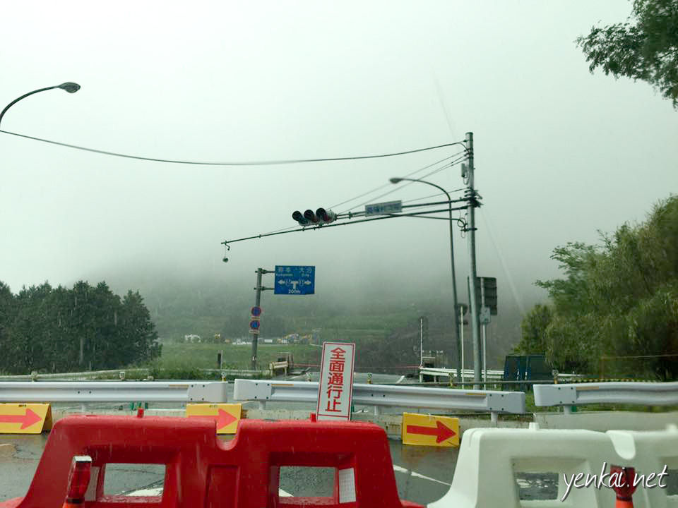 The photo does not show it clearly, but beyond the traffic light is a huge landslide area