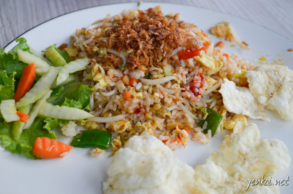 You can't go wrong when you order Nasi Goreng (fried rice). The Indonesian rendition comes with plump and soft rice and uses more spice than the Chinese version