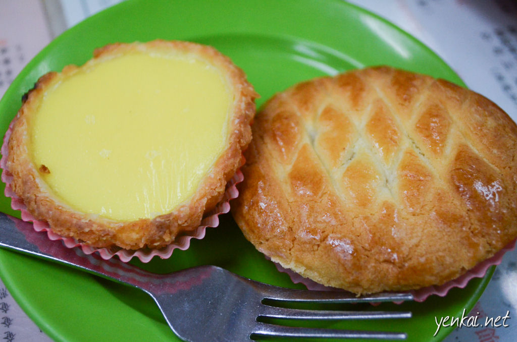 Egg tart again and chicken pie. The egg tart has very thin crust, which i think takes quite a bit of skill to make. The chicken pie crust is so so tender. Pity the filling is too sweet.